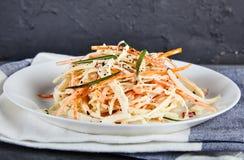 Coleslaw σαλάτα στο άσπρο πιάτο Στοκ φωτογραφίες με δικαίωμα ελεύθερης χρήσης