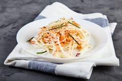 Coleslaw σαλάτα στο άσπρο πιάτο Στοκ Φωτογραφία