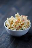 Coleslaw w pucharze na drewnianym stole Obrazy Royalty Free
