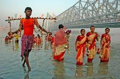COLETANDO a ÁGUA SANTAMENTE em Kolkata. Fotos de Stock Royalty Free