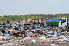 Coletor de lixo nos garbages da terra de despejo fotografia de stock