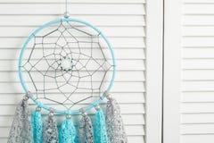 Coletor do sonho do cinza azul com doilies feitos crochê Fotografia de Stock Royalty Free