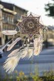 Coletor feito a mão do sonho do olho do ` s do deus da mandala com repto branco do pavão Imagem de Stock Royalty Free
