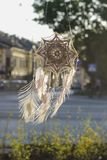 Coletor feito a mão do sonho do olho do ` s do deus da mandala com repto branco do pavão Imagem de Stock