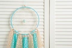 Coletor ideal bege azul com doilies feitos crochê Fotografia de Stock Royalty Free
