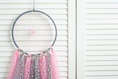 Coletor ideal cinzento cor-de-rosa com doilies feitos crochê Fotografia de Stock