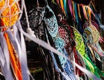Coletor ideal feito das cores feitos a mão que penduram no sol e movido pelo vento Artesanatos típicos dos nativos americanos imagem de stock