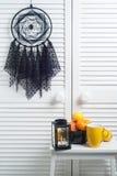 Coletor ideal preto com doilies feitos crochê Fotos de Stock