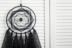 Coletor ideal preto com doilies feitos crochê Imagens de Stock