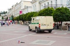 Coletores do dinheiro da máquina e soldado de brinquedo de rastejamento Fotos de Stock Royalty Free