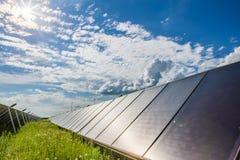 Coletores solares e céu azul imagens de stock royalty free