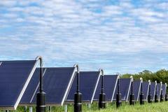 Coletores solares no campo fotografia de stock