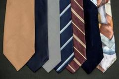 Colgando de Corbatas de colores images stock