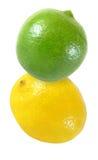 Colgando, frutas del limón cayendo, volando cal y aisladas en blanco con la trayectoria de recortes Imagen de archivo libre de regalías