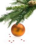 Colgante amarillo de la bola de la Navidad Imagen de archivo