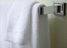 Colgante blanco de las toallas Fotos de archivo libres de regalías