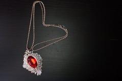 Colgante con un rubí rojo, joyería de Smyrna, Foto de archivo libre de regalías