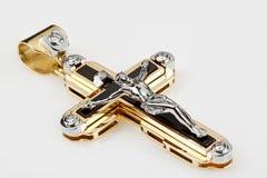 Colgante cruzado del oro con los diamantes Fotografía de archivo
