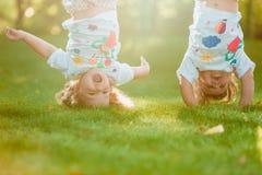 Colgante de dos el pequeño bebés al revés Foto de archivo libre de regalías