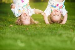 Colgante de dos el pequeño bebés al revés Fotografía de archivo libre de regalías
