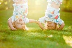 Colgante de dos el pequeño bebés al revés Fotografía de archivo