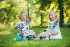 Colgante de dos el pequeño bebés al revés Fotos de archivo