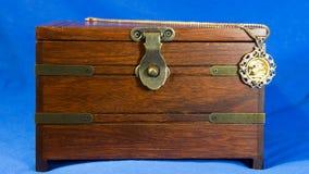 Colgante de la joyería con la moneda soberana del oro en la actual caja de madera Imagen de archivo libre de regalías
