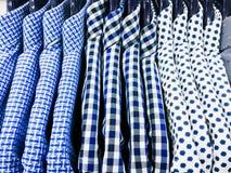 Colgante de las camisas del ` s de los hombres Fotos de archivo libres de regalías