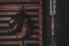 Colgante de los guantes de boxeo Imágenes de archivo libres de regalías