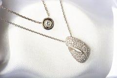 Colgante del collar de la joyería del diamante del oro blanco Fotos de archivo libres de regalías