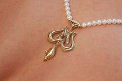Colgante del oro en cadena de la perla Fotografía de archivo