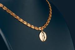 Colgante del oro en un maniquí Imagenes de archivo