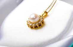 Colgante elegante del diamante de la perla del regalo de la joyería del oro Imágenes de archivo libres de regalías