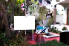 Colgante en blanco de las fotos foto de archivo libre de regalías