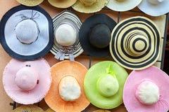 Colgante en la pared de los sombreros de paja coloridos foto de archivo libre de regalías