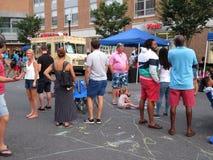 Colgante hacia fuera en el festival de la calle imagen de archivo