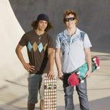 Colgante hacia fuera en el skatepark Fotos de archivo