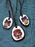 Colgante hecho usando piedra natural y las flores secas Foto de archivo libre de regalías