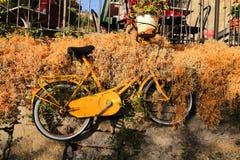 Colgante para arriba de la bicicleta amarilla fotografía de archivo