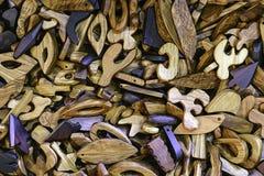 Colgantes de madera coloreados con los agujeros para los cordones del cuello Imagen de archivo libre de regalías