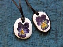 Colgantes hechos a mano de la flor presionada secada del pensamiento Foto de archivo