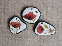 Colgantes hechos a mano de las flores rojas de la amapola Imagen de archivo libre de regalías