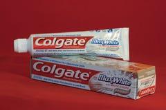 Colgate-maximale weiße Zahnpasta Stockfotos