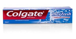 Colgate-tanddeeg op wit Colgate is een merk van tandpasta die door Colgate-Palmolive wordt veroorzaakt stock fotografie