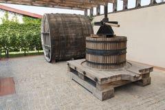 Colheita da uva: imprensa de vinho velha em uma foto da adega foto de stock royalty free