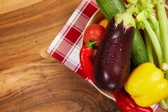 Colheita de legumes frescos e de verdes nas placas, vista superior Imagem de Stock
