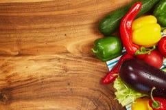Colheita de legumes frescos e de verdes nas placas, vista superior Imagens de Stock