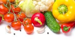 Colheita de vegetais sazonais em um fundo branco Foto de Stock