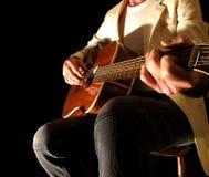 Colheita do dedo na guitarra acústica Imagens de Stock Royalty Free