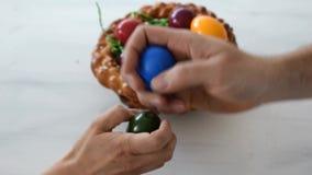 Colheita do ovo para a Páscoa vídeos de arquivo